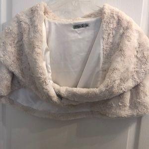 🌼Eliza J Off-White Faux Fur Capelet